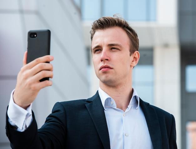 Primer empresario usando el teléfono