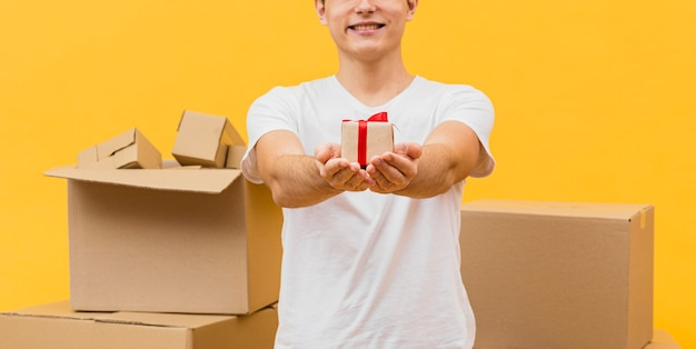 Primer entrega macho sosteniendo pequeño paquete