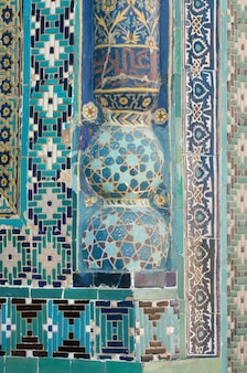 Primer fragmento de una columna en la pared con la arquitectura de mosaico medieval de asia central