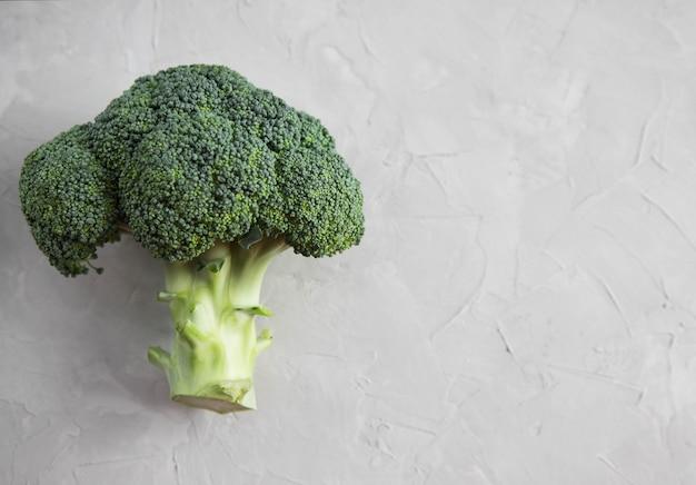 Primer fresco de la inflorescencia del bróculi en una tabla concreta. verduras en la mesa. copyspace vista superior