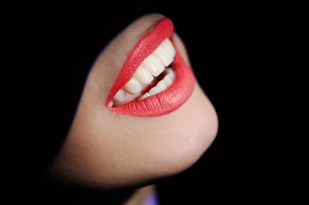 Primer hermoso de los dientes de la muchacha