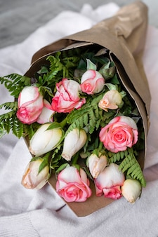Primer hermoso ramo de rosas