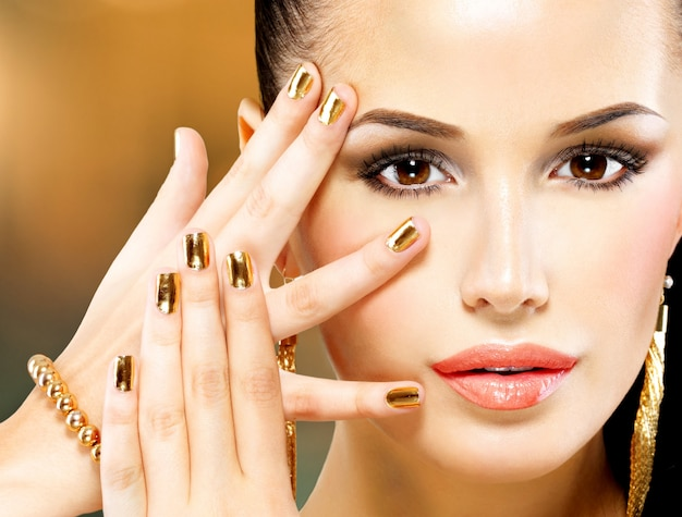 Primer hermoso rostro de mujer glamour con maquillaje de ojos negros