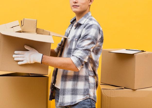 Primer hombre arreglando paquetes de entrega