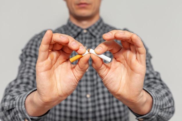 Primer hombre con cigarrillo