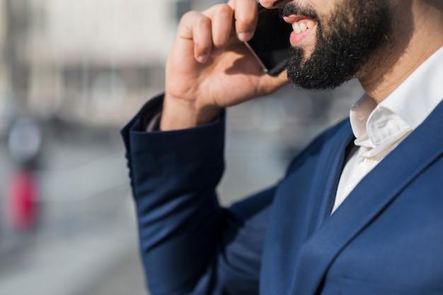 Primer hombre hablando por teléfono