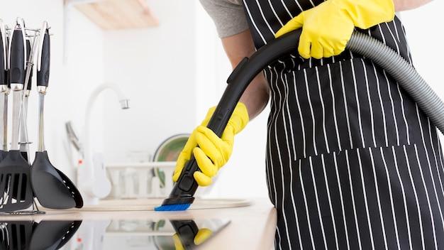 Primer hombre de limpieza con aspiradora
