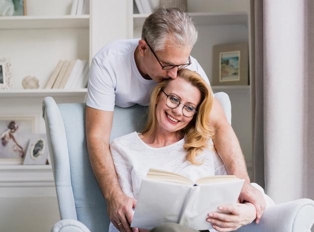 Primer hombre mayor y mujer sonriente