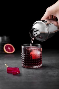 Primer hombre preparando bebida roja