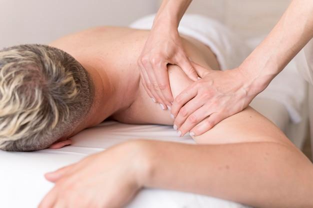 Primer hombre siendo masajeado
