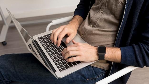 Primer hombre trabajando en la computadora portátil