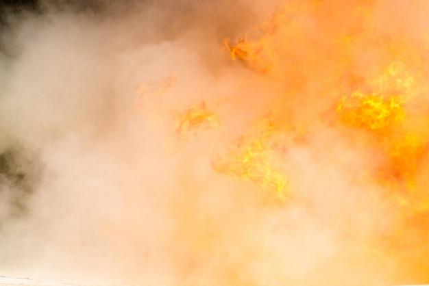 Primer humo y fuego ardiendo, fuego con química de espuma en aerosol