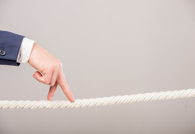 Primer de la mano del hombre de negocios que camina con los fingeres en cuerda.