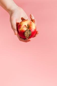 Primer mano que sostiene la manzana