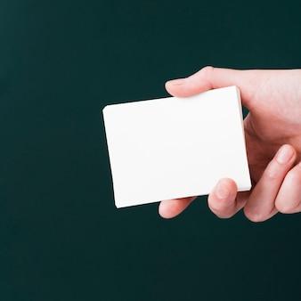 Primer mano sosteniendo un montón de tarjetas de visita