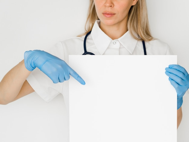 Primer médico apuntando al papel