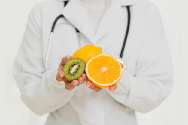 Primer médico con frutas y estetoscopio