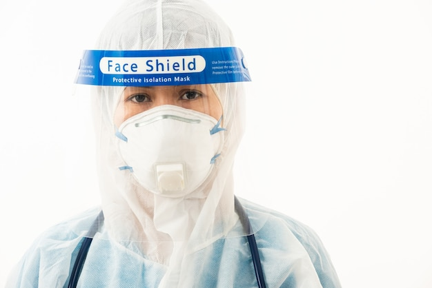Primer médico de la mujer del personal médico en uniforme de ppe con una mascarilla