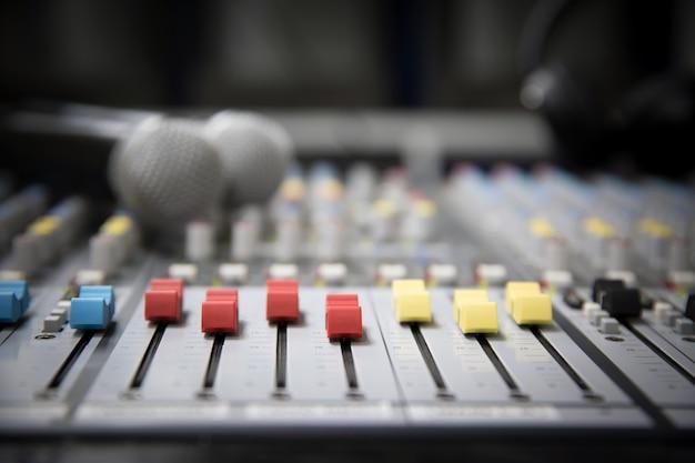 Primer mezclador de audio y micrófono en estudio