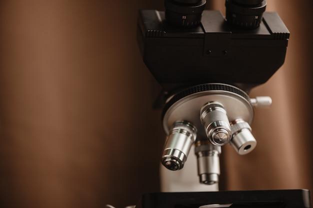 Primer microscopio en laboratorio de ciencias