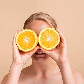 Primer modelo sonriente con naranja