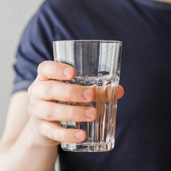 Primer paciente sosteniendo vaso de agua