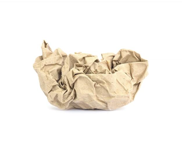 Primer papel arrugado marrón aislado sobre fondo blanco.