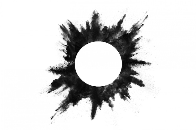 El primer de las partículas de polvo negro explota aislado en blanco.