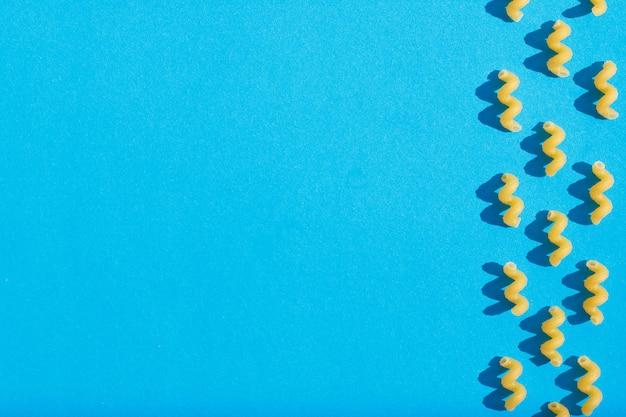 Primer de las pastas en un fondo azul. vista desde arriba.