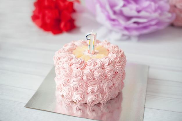 Primer pastel de cumpleaños. decoración festiva para cumpleaños con pastel, concepto de primer año de cake smash. felicitaciones de cumpleaños