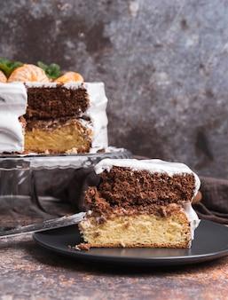 Primer pedazo de delicioso pastel en un plato