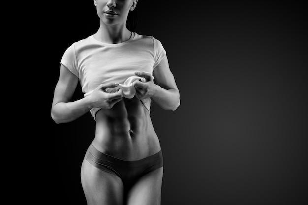Primer plano del abdomen muscular del modelo femenino