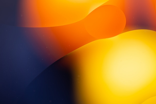 Primer plano abstracto de agua y aceite en un efecto de iluminación de arco iris