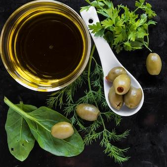 Primer plano de aceite de oliva y condimentos