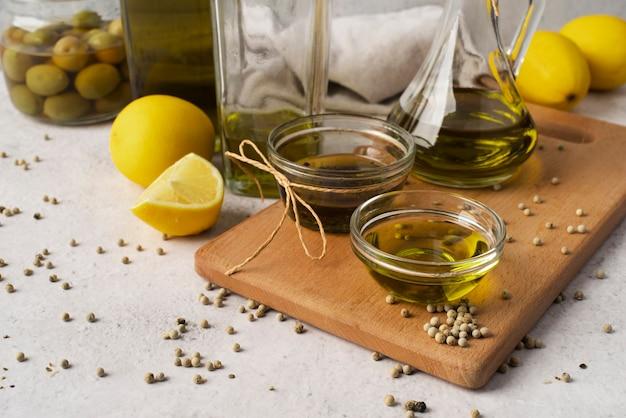 Primer plano de aceite de oliva natural y aceitunas