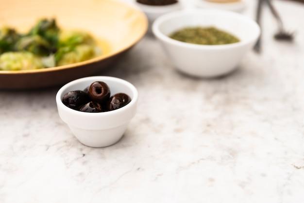 Primer plano de aceituna saludable en un tazón pequeño