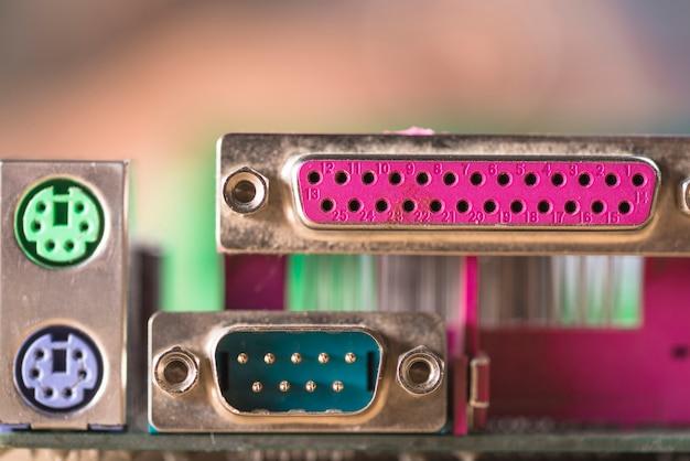 Primer plano del adaptador y puertos usb de la computadora