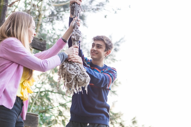 Primer plano de adolescentes agarrando una cuerda