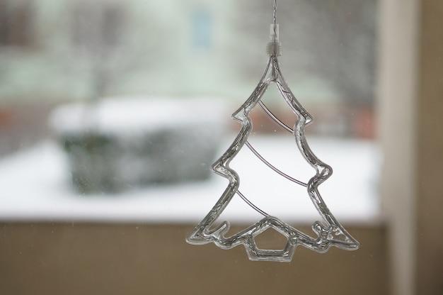 Primer plano de un adorno de árbol de navidad de cristal
