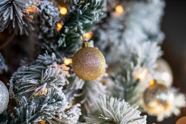 Primer plano de adornos navideños y luces de un árbol de navidad