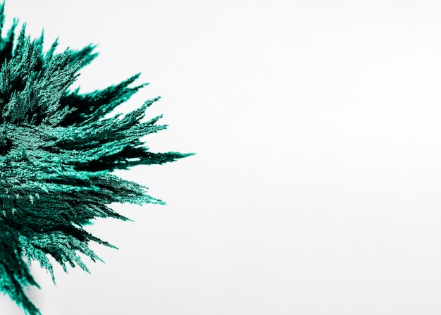 Primer plano de afeitado metálico magnético verde sobre fondo blanco