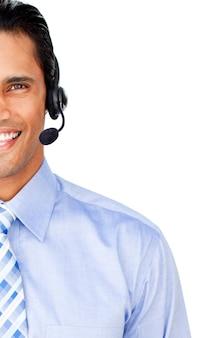 Primer plano de un agente de servicio al cliente con auriculares en