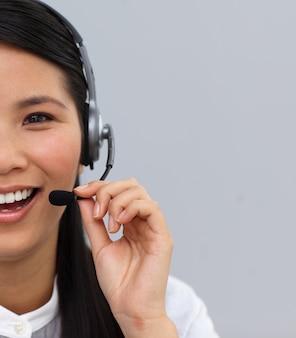 Primer plano de un agente de servicio al cliente riendo usando auriculares