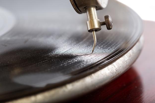 Primer plano de una aguja del gramófono con un disco de goma laca
