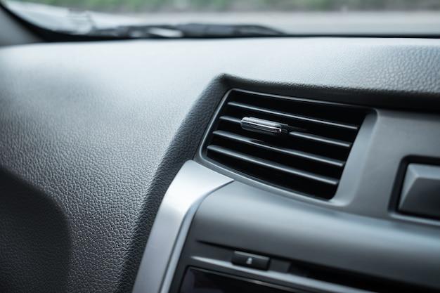 Primer plano, aire acondicionado en el automóvil.