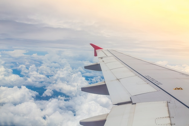 Primer plano del ala del avión
