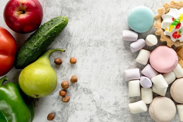 Primer plano de alimentos saludables y no saludables sobre la superficie