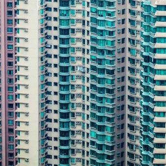 Primer plano de un alto edificio residencial con varios apartamentos
