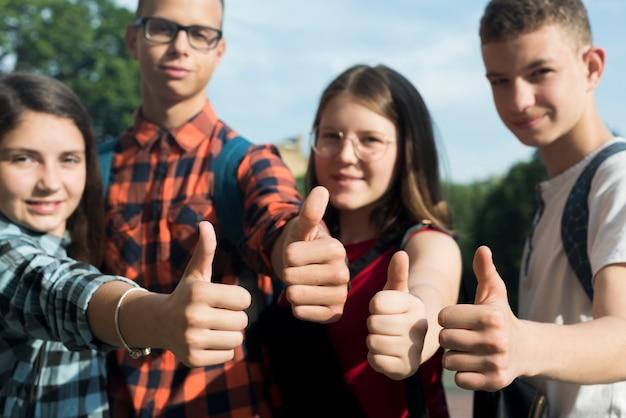 Primer plano de amigos adolescentes aprobando