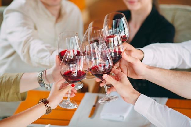 Primer plano de amigos brindando copas en la fiesta